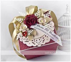 Dwa pudełeczka urodzinowe, które wykonałam jakiś czas temu.   Pierwsze w delikatnych różach, beżach i brązach i drugie dostojne bordowo zło...