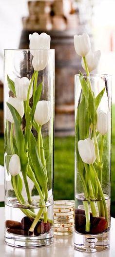 centros de mesa con tulipanes naturales