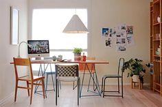 6 estilos para decorar tu comedor . En este comedor, la mesa 'Almaz XL', de 200x70x75cm con tapa de madera maciza (Toska), se combinó con diferentes sillas de diseño: junto a la ventana, modelo 'Vuelo' turquesa (BLVD) y 'Lilly A' de madera con patas de hierro (Daf Casa); en la cabecera, de hierro turquesa (Boulevard Sáenz Peña); de espaldas a la cámara, 'Brull', con cintas (Daf Casa) y 'Vintage', de madera de paraíso con lustre natural (BLVD).