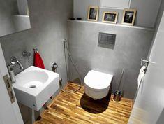 Na WC je na podlaze místo dlažby teaková kantovka
