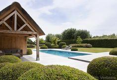 Betonnen luxe buitenzwembad met landelijke poolhouse