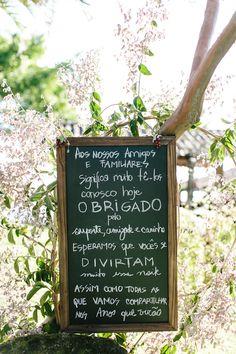Os quadros negros dando um charme a parte à cerimônia Wedding Signs, Diy Wedding, Rustic Wedding, Dream Wedding, Wedding Day, Wedding Beach, Destination Wedding, Wedding Planning, Bouquet