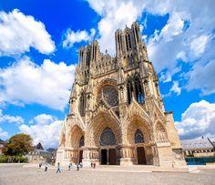 A Catedral de #Reims é uma das mais populares e de beleza medieval da #França. Você pode chegar a Reims via TGV!