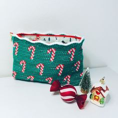 "Alex from Vienna on Instagram: ""[Werbung beauftragt]  Fertig ist die Zuckerstangen Tasche🎄  das Garn wurde gesponsert von @hobbii.de (Link weiter unten)  Sugarcane Bag is…"" Crochet Clutch, Cowl Neck, Etsy Store, Coin Purse, Xmas, Easter, Tapestry, Seasons, Halloween"