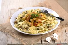 Fettuccine com frango e cogumelos Portuguese Recipes, Mediterranean Recipes, Spaghetti, Healthy Recipes, Healthy Food, Dishes, Chicken, Meat, Cooking