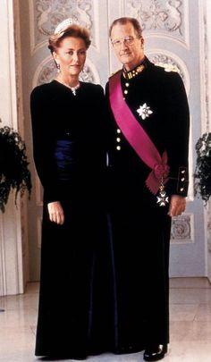 Alberto II y Paola, reyes de los belgas. Alberto II y Paola, reyes de los belgas    El 9 de agosto de 1993, nueve días después de la muerte de su hermano, el rey Balduino, Alberto juró como nuevo rey y esta ue la primera foto oficial junto a Paola como soberanos de los belgas. Paola vistió un traje negro de línea depurada, con gargantilla de brillantes y su diadema favorita, de oro blanco y brillantes, que había pertenecido a la abuela de su esposo, la reina Elisabeth, una sobrina de Sissi.