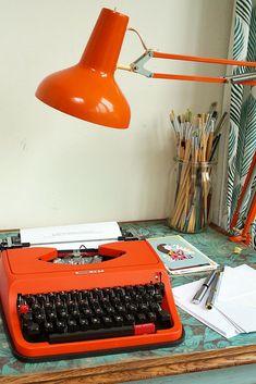 Tiny Home Interior Retro typewriter inspiration. A creative home office essential. Home Interior Retro typewriter inspiration. A creative home office essential. Vintage Bedroom Decor, Vintage Room, Retro Home Decor, Home Office Decor, Vintage Office Decor, 1950s Decor, Vintage Interiors, Hotel Interiors, Vintage Stuff