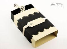 Questa piccola scatola regalo è una confezione regalo ideale per bijoux o piccoli regali perché venduta insieme  busta e biglietto beige di cm 11 x 7,5. Le misure della scatola regalo sono: altezza...