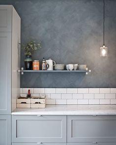 """503 curtidas, 1 comentários - Uma Casa Como Poucas (@blogumacasacomopoucas) no Instagram: """"Eita que a gente ama um cimento queimado! Esse tá bem cinza e na cozinha ❤️ quem curtiu também? …"""""""