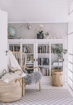 yläkerran aula - Uusi Kuu Küchen Design, House Design, Interior Design, Home Living Room, Living Room Decor, Low Bookshelves, Inside A House, Hygge Home, Interior Inspiration