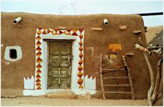A little away from the city enclosed within the honey coloured walls of the Jaiselmer fort, Rajasthan, . Village House Design, Village Houses, Mud Hut, Indian Eyes, African House, Eco Buildings, Stuck In The Mud, Indian Home Interior, Tile Wallpaper