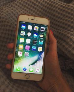 Back to the roots: ich halte eine Telefonzelle in der Hand. Erinnert mich an mein erstes klobiges Telefon. :D #iphone7plus #iphone7 #endlichda #gold #mandel #64gb #zumglückhabeichlangefinger