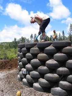 Earthship Homes - Eco-Friendly Use of Tires and Dirt. Maybe you could use it as a stage for entertainment in your backyard Maison Earthship, Earthship Home, Natural Building, Green Building, Tire Art, Used Tires, Tyres Recycle, Home Tech, Tadelakt