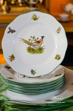 The familiar Animals and Birds of Field and Forest appear amidst green leaves and fronds, beside mushrooms, toadstools and the foliage of woodland trees. Admiring this decor is like country walk for a naturalist. As for Hunters and Foresters, it can provide them with an elegant table that reflects and  symbolizes their calling. Ceramic Plates, Decorative Plates, Herend China, Country Walk, Dessert Aux Fruits, Cherry Kitchen, China Display, Fruit Plate, Aesthetic Drawing