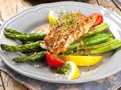 Fischfilet in Parmesan-Mandel-Kruste und grünem Spargel