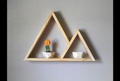 Drewniana geometryczna półka połączone trójkąty. Idealna by wyeksponować na ścianie wszytko co piękne.  Całość wykonana z drewna sosnowego.  Półka może mieć dowolny kolor, informację wystarczy...