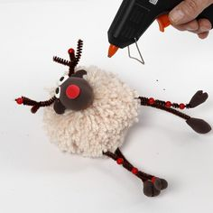 Pom-Pom Reindeer with Silk Clay and Pipe Cleaners with Beads - Rentier basteln Pom Pom Tree, Pom Poms, Christmas Pom Pom, Christmas Crafts, Pom Pom Crafts, Yarn Crafts, Crafts To Make And Sell, Diy Crafts For Kids, Pipe Cleaner Crafts