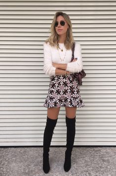 Nati Vozza do Blog de Moda Glam4You usa blusa de pelo, saia estampada e bota over the knee num look cheio de charme.