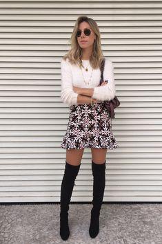 Nati Vozza do Blog de Moda Glam4You usa blusa de pelo, saia estampada e bota over the knee num look cheio de charme.