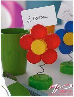 A través de tapas de botella crearemos una flor como soporte de posits.