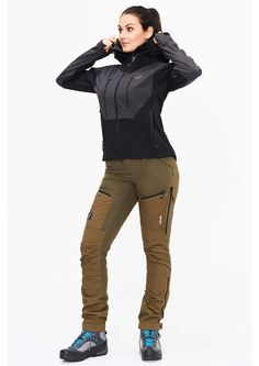 Hurricane Jacket is a softshell jacket in Hypershell® Perfomance, with PFC-free BIONIC-FINISH®ECO and extremely good ventilation. Hiking Outfits, Hiking Clothes, Hiking Shoes, Hilary Duff Style, Cat Hammock, Motor Sport, Softshell, The Duff, Race Cars