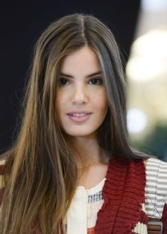 O cabelão de Camila Queiroz tem arrancado suspiros das telespectadoras por seu aspecto natural. Em corte reto, os fios longos aparecem sem textura e ostenta a cor natural da atriz.