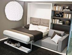 klappbett sofa schrankbett schwarzer teppich wandregal
