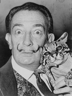 Salvador Dalí era un artista de Barcelona. él era un artista muy famoso porque él creó las pinturas  de impresion.