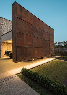 Corten steel carport feature wall, what will they think of next. Design Exterior, Facade Design, Modern Exterior, House Design, Facade Architecture, Residential Architecture, Contemporary Architecture, Corten Steel, Wall Cladding
