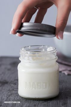 Handcreme selber machen geht mit dieser DIY Anleitung ganz einfach: Kokosöl, Sh… Making hand cream yourself is quite easy with this DIY manual: coconut oil, shea butter, almond oil, Vaseline or beeswax – ready. Also great as a gift for Mother's Day. Aloe E Vera, Beauty Hacks Every Girl Should Know, Diy Lush, Belleza Diy, Hand Care, Belleza Natural, Diy Beauty, Beauty Care, Beauty Tips
