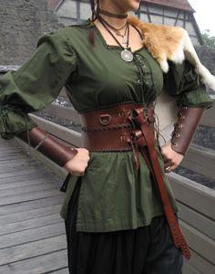 Lieferumfang: nur die Bluse ohne abgebildetes Zubehör Fantasybluse aus Baumwolle. Für den Samurai Charakter ebenso wie für den LARP Fantasybereich Mit Einsatz und Schnürungen vorne eher lang geschnitten, so das ihr auch Miedergürtel...