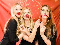 Spaß ist mit diesen Accesoires garantiert - Party on! Mit den richtigen Fotobox Utensilien rockt die Hochzeitsfeier.  Photobooth Probs machen Stimmung, besonders als kostenloser Download. Sichert Euch jetzt unsere Vorlage zum selber machen. #diy #fotobox #accessoires #party #hochzeit #fun #braut #entertainment