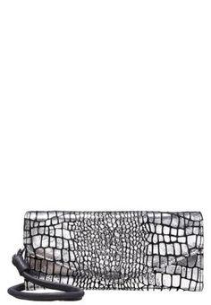 Diese stilvolle Leder-Clutch in Reptilleder-Optik bringt dein Outfit zum Glänzen! Liebeskind DORO - Clutch - silver für 129,95 € (26.12.15) versandkostenfrei bei Zalando bestellen.