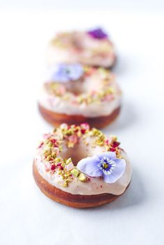White Chocolate, Raspberry, Pistachio & Turkish Delight Donuts with edible flowers. Recipe and photography by The Hungry Cook Baked Donuts, Doughnuts, Homade Donuts, Powdered Donuts, Delicious Donuts, Delicious Desserts, Healthy Donuts, Dessert Crepes, Chocolate Donuts