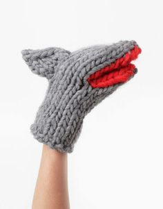 Snap up these chunky shark mittens fresh from the runway at London Fashion Week! Wool and the Gang have teamed up with iconic British designer Christopher. Knitting Kits, Free Knitting, Knitting Patterns, Bamboo Knitting Needles, Cold Weather Gloves, Knitted Gloves, Crochet Fashion, Stay Warm, Sustainable Fashion