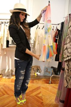 i've never been big on the boyfriend jeans, but done properly, like this, they look good. with heals and a blazer: nice.