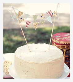 24 Great DIY Party Decorations: This DIY cake topper is cute and customizable for any party theme! An awesome topper can really take a simple cake up a notch! Diy Bunting Cake Topper, Diy Bunting Banner, Cake Banner, Cake Topper Tutorial, Cake Toppers, Bunting Design, Bunting Template, Bunting Tutorial, Mini Bunting