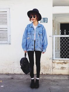 Oversize denim jacket, white t-shirt, black skinny jeans