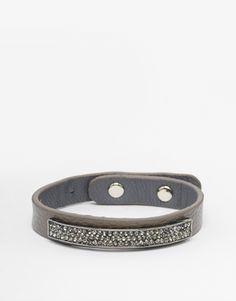 Armband von Nali Kunstleder-Look schmales Band mit Strassbesatz verstellbare Passform Druckknopfverschluss Kontakt mit Flüssigkeiten vermeiden 80% Polyurethan, 10% unedles Metall, 10% Glas