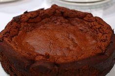 Esta torta es puro chocolate y no contiene nada de harina.   Si quieres que te quede igual de esponjosa, sigue los pasos de Gross: http://elgour.me/2axUIse  #elgourmet #LaComidaNosUne #Dulces