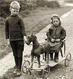 Chico y chica w caballo de madera juguete Vintage foto imprimir