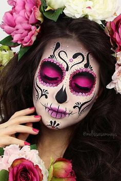 36 Best Sugar Skull Makeup of This Season Colorful Sugar Skull Halloween Looks picture Sugar skull makeup is not something that everyone will be able to replicate. But once you master the art, there will be no turning back! In a good sense. Unique Halloween Makeup, Halloween Makeup Sugar Skull, Sugar Skull Makeup, Halloween Looks, Skeleton Makeup, Sugar Skull Face Paint, Halloween Stuff, Skull Face Makeup, Halloween Pictures