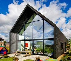 LOFTHOME is een energiezuinige woning van staal, glas en hout. Duurzaam, milieuvriendelijk en onderhoudsarm - met een minimalistische industriële uitstraling. Minder is meer. Het woonconcept gaat uit van eenvoud en multifunctionaliteit. Het biedt een optimaal wooncomfort en een ruimtelijk groots en transparant leefklimaat dat voor 100% flexibel indeelbaar is. Draagmuren ontbreken, dus binnenwanden kunnen naderhand verplaatst of weggehaald worden.