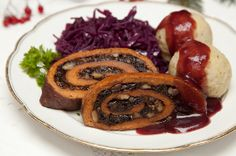 Seitanbraten mit Pflaumen-Walnuss-Füllung (seitan roast stuffed with plums and walnuts) #vegan
