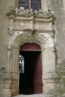Chapelle Notre Dame de Thouars - En avril 1485, le roi Charles VIII accepta d'être le parrain de leur 1° et enfin seul fils, qui s'appela donc Charles. Durant les 30 années de leur mariage, Gabrielle de Bourbon est le plus souvent seule. pour représenter la toute puissance des La Trémoille. Princesse d'un château dont la bibliothèque, la collection d'œuvres d'art, la chapelle qu'elle fit construire à Thouars, sont les marques d'une grandeur aristocratique et d'un idéal spirituel.