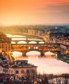 Ponte Vecchio, Florença, Itália  ✈✈✈ Here is your chance to win a Free International Roundtrip Ticket to Florence, Italy from anywhere in the world **GIVEAWAY** ✈✈✈ https://thedecisionmoment.com/free-roundtrip-tickets-to-europe-italy-florence/