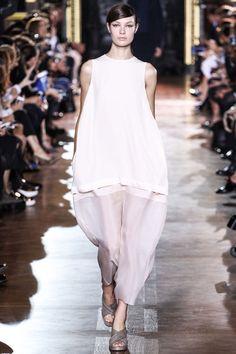 Les robes blanches de la Fashion Week printemps-été 2014: Stella Mccartney http://www.vogue.fr/mariage/inspirations/diaporama/les-robes-blanches-de-la-fashion-week-printemps-ete-2014/15627/image/870725#!mariage-robe-blanchestella-mccartney