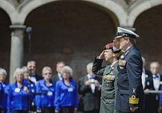 27-Jun-2015 19:52 - DEFILÉ VOOR VETERANEN IN DEN HAAG. Koning Willem-Alexander heeft zaterdagmiddag op de Kneuterdijk in Den Haag het defilé ter gelegenheid van Veteranendag afgenomen. Hij stond samen met premier Mark Rutte en minister Jeanine Hennis van Defensie op het podium en gaf de militaire groet aan de optocht met zo'n 5000 veteranen…...