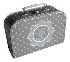 Een leuk koffertje met daarop een bloem met de naam van je kindje erin.