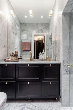 Så snyggt med svart och guld/mässing i badrum